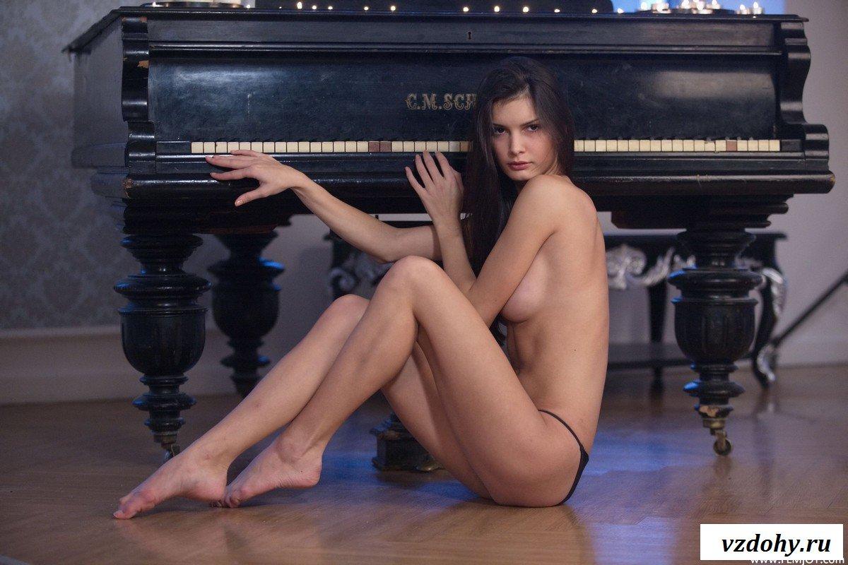 krasivaya-erotika-s-bryunetkoy-u-royalya