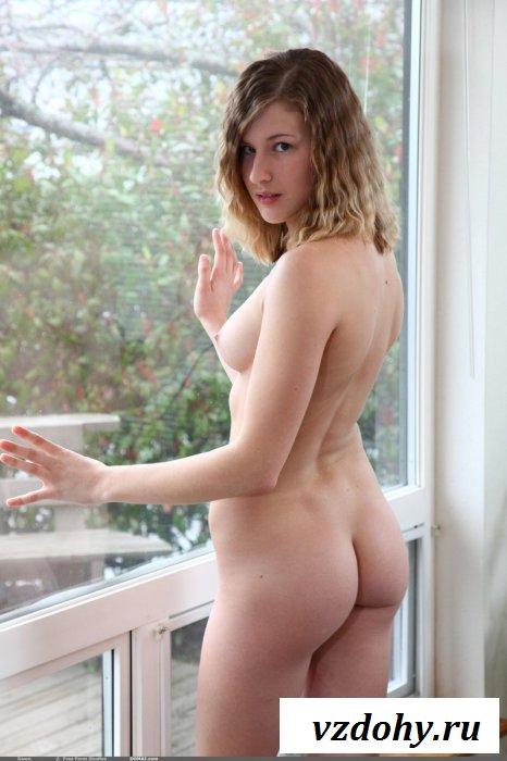 Распутная голая телочка  с татухой