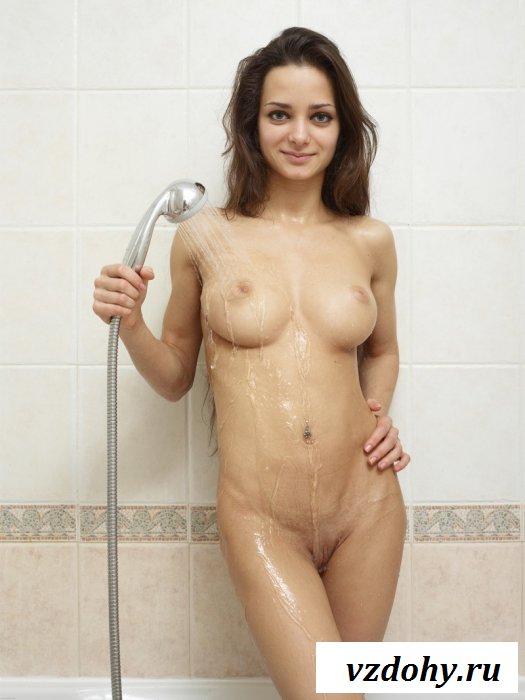 Мокрая голая красотка рвет вагину