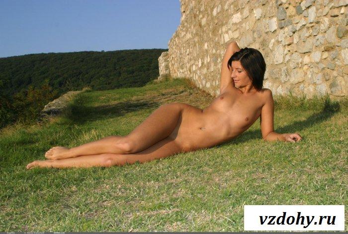 Обнаженная дева возле крепостной стены