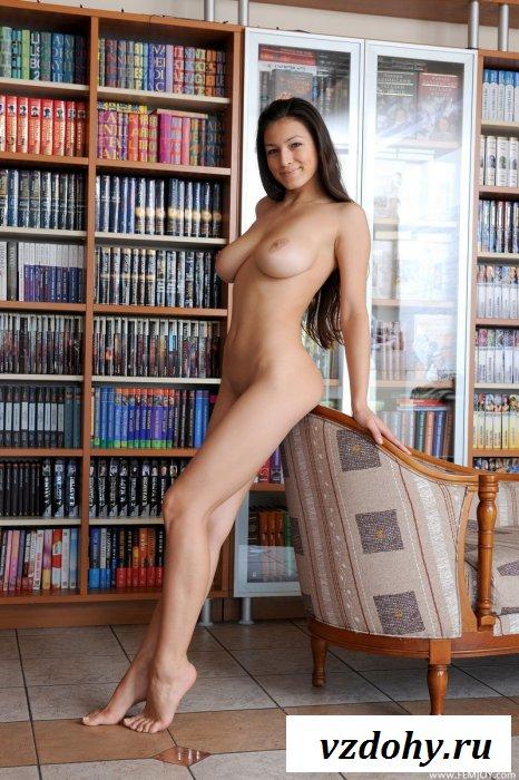 Соблазнительная голая библиотекарша-развратница