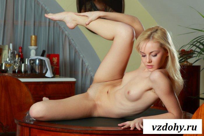Холеная блондиночка с обнаженной попкой