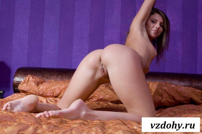 Послушная девчонка ложится обнаженной в кровать