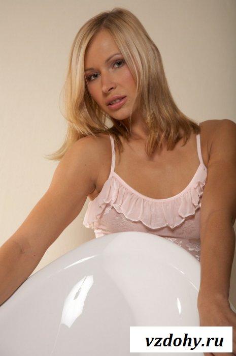 Блондинка с очень крутым голым задом