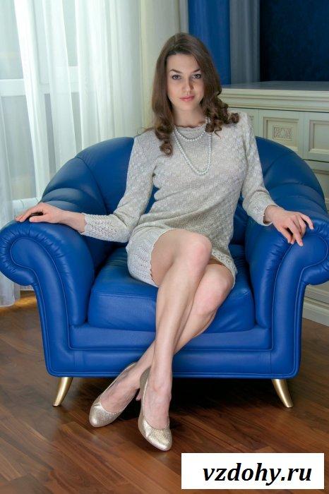 Девка с голой грудью в синем кресле