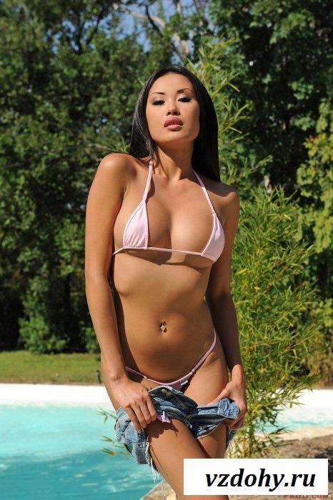 Азиатка соблазнила соседа голым задом