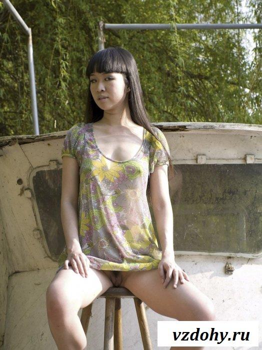 Обнаженная китаянка с манухой на виду