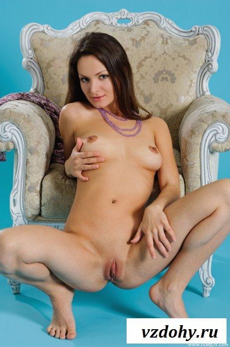 Голенькая китти с натуральной грудью