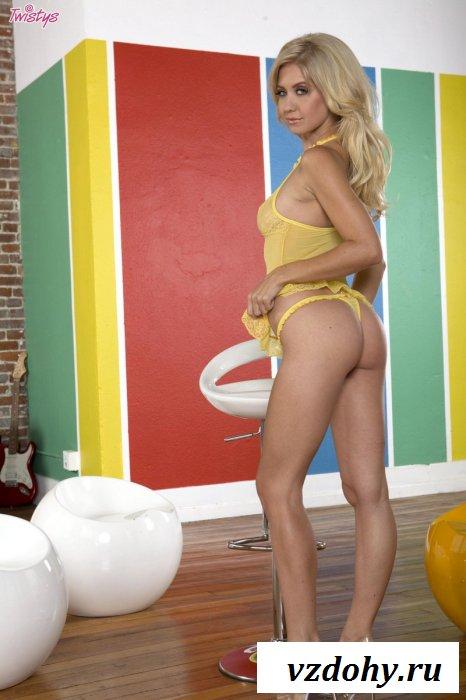 Стройная мега сексуальная блондинка разденется