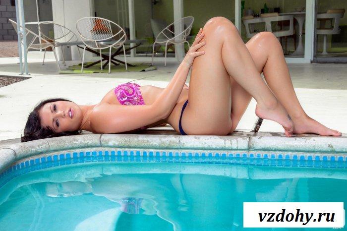 Длинноволосая красавица возле бассейна.