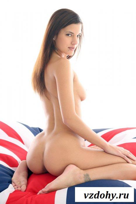 Красотка на матрасе с американским рисунком.