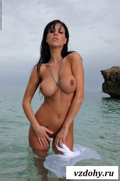 Сексуальная брюнетка на море.