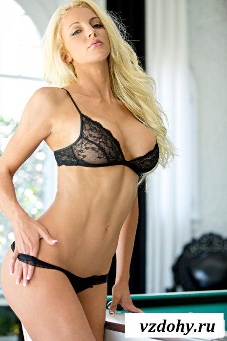Очаровательная блондинка в комнате.