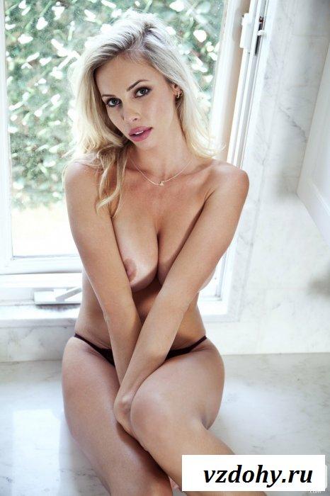 Эфектная блондинка на кухне.