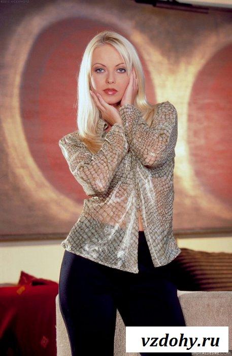 Милая блондинка в кабинете у продюсера.