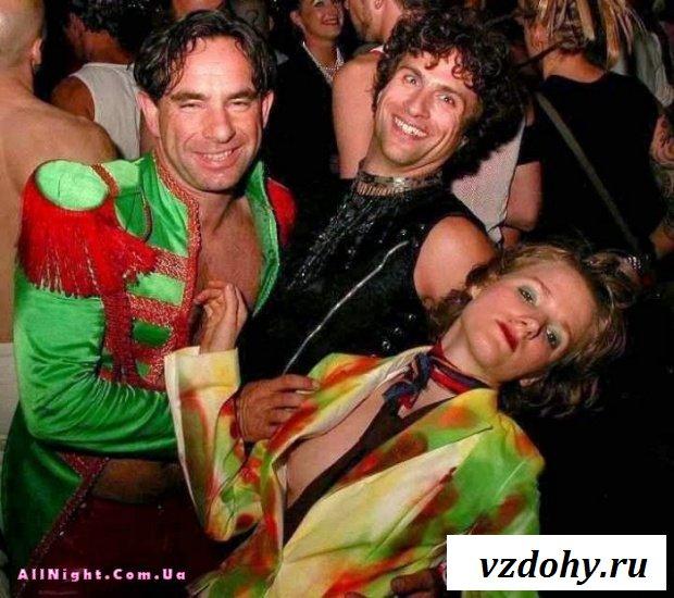 Случайные засветы девушек на вечеринках (43 фотографии)