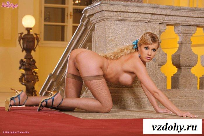 Стройная блондинка сбрасывает одежду (20 фотографий)
