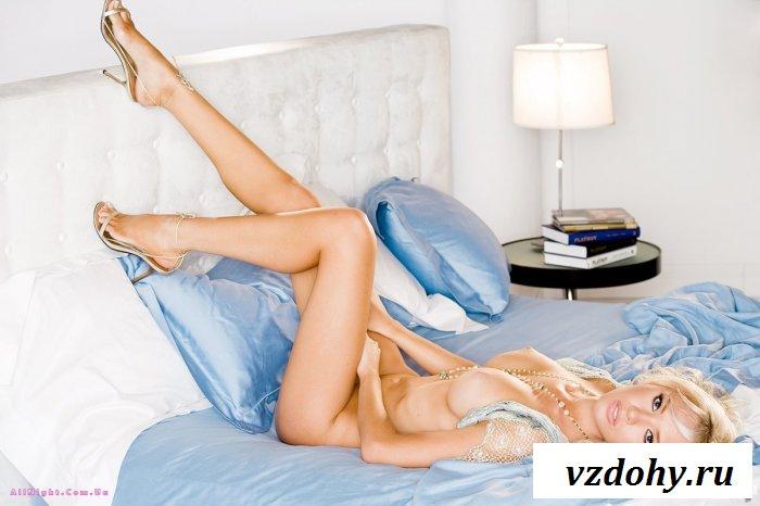 Натуральная голая блондинка в кадре (20 фотографий)