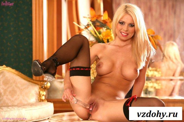 Блондинка хвастается своими новыми сиськами (17 фотографий)