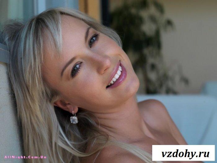 Улыбающаяся голая стройная блондинка (22 фотографии)