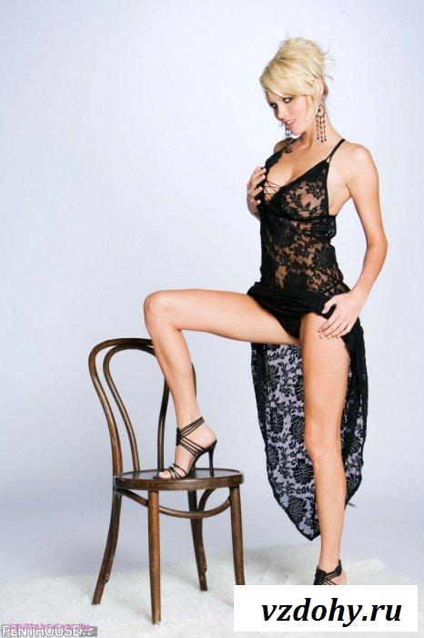 Блондинка снимает платье и показывает грудь