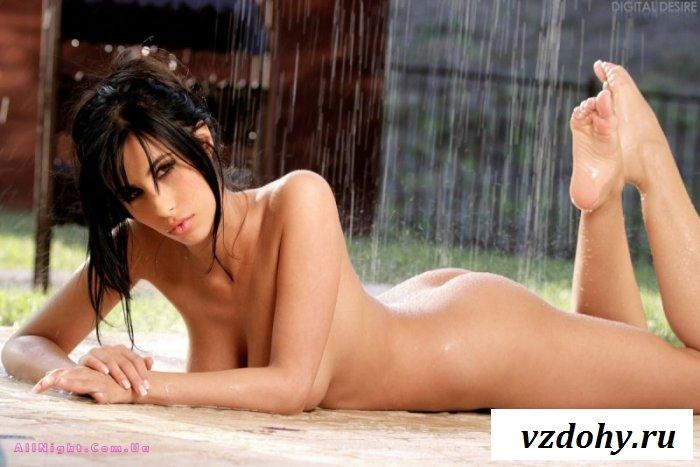 Хорошенькая брюнетка принимает душ (16 фотографий)