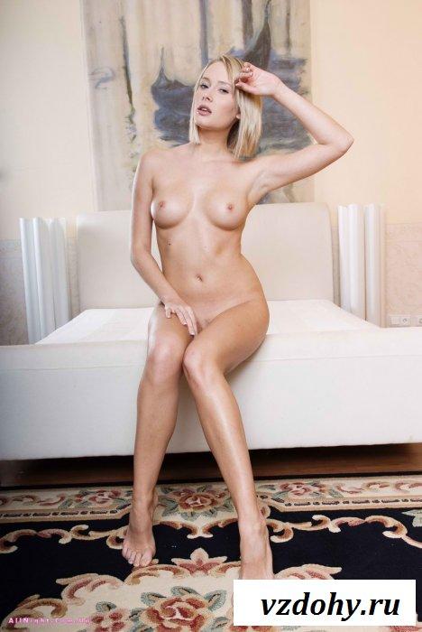 Натуральная блондинка показала своё голое тело (13 фотографий)