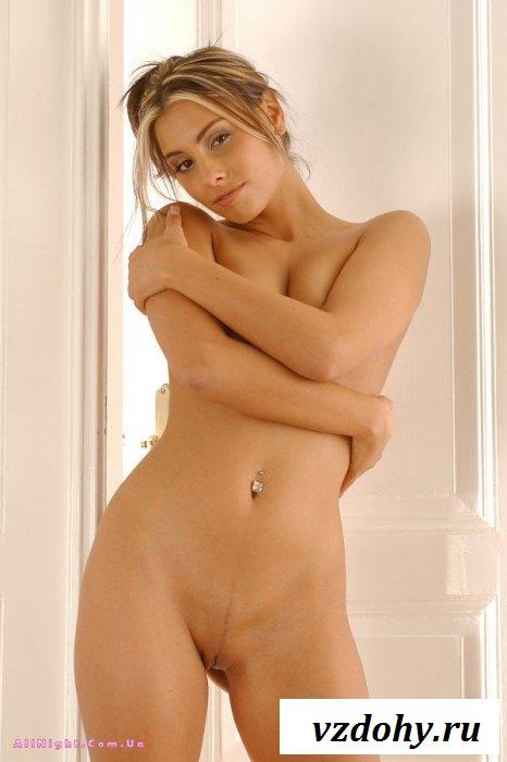 Приняв душ, девушка готова отдаться (20 фотографий)