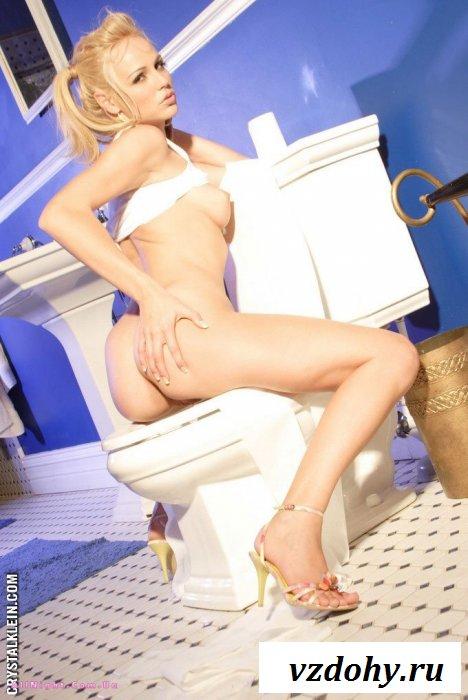 Блондинка возбудилась во время того как мочилась в унитаз (20 фотографий)