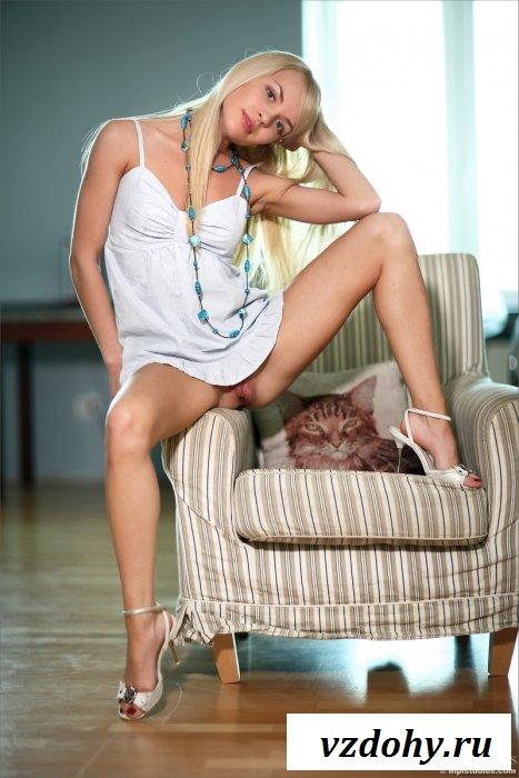 Длинноволосая блондинка на кресле