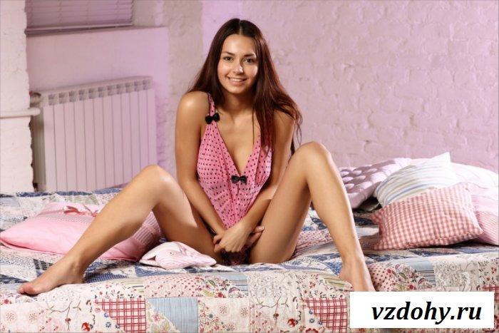 Грудастая молодая милашка в розовом платье