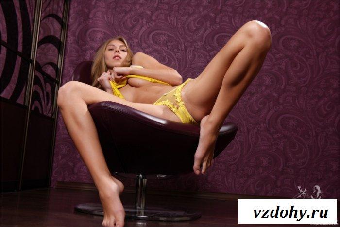 Милая девица в желтом костюмчике