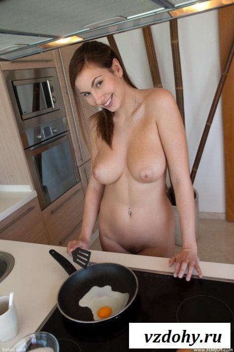 Игривая женщина в теле на кухне