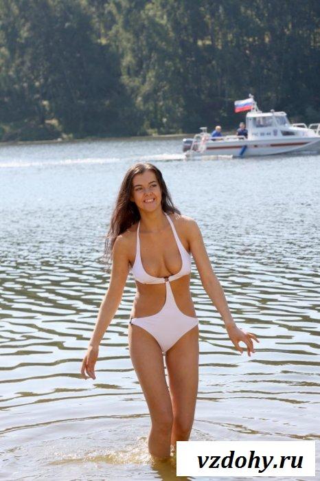 Девушка на берегу озера в белом купальнике