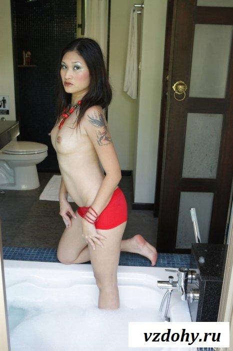 Деваха с розовыми щёчками в ванной
