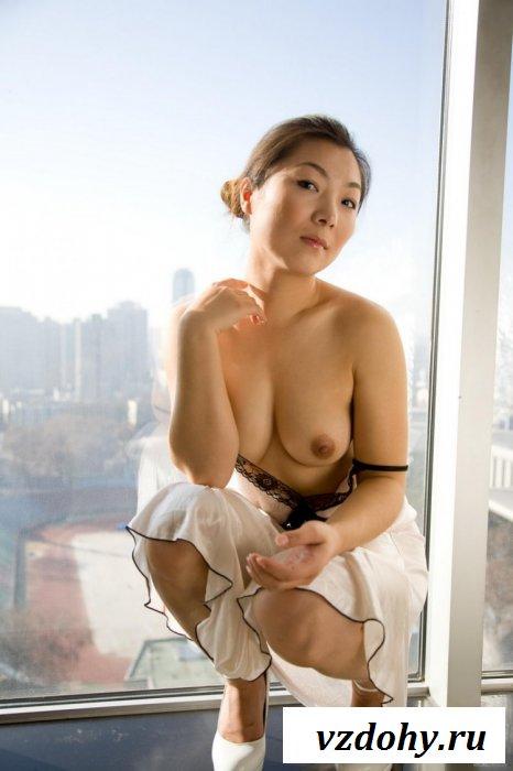 Домохозяйка в ночнушке ясным утром