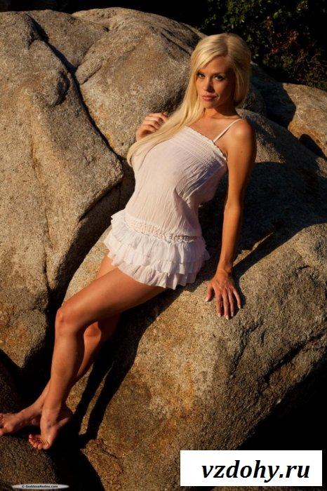 Грудастая сучка на больших камнях
