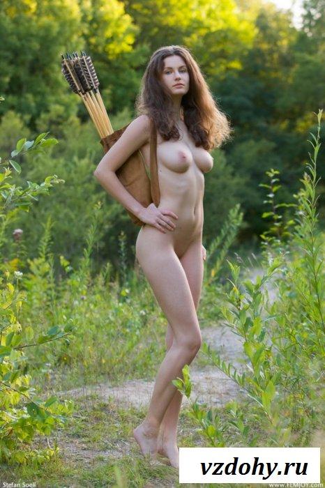 Стройная охотница с большими сиськами