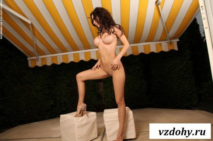 Брюнетка показывает фокусы со своим голым телом
