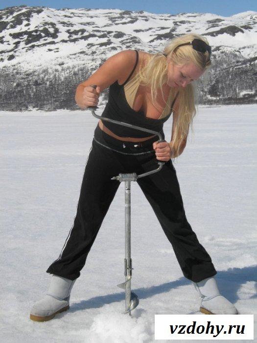 Зрелая сучка на зимней рыбалке
