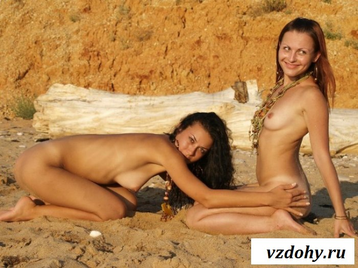 Красотки резвятся на заброшенном пляже