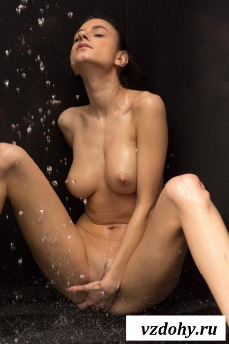 Девица под капельками воды