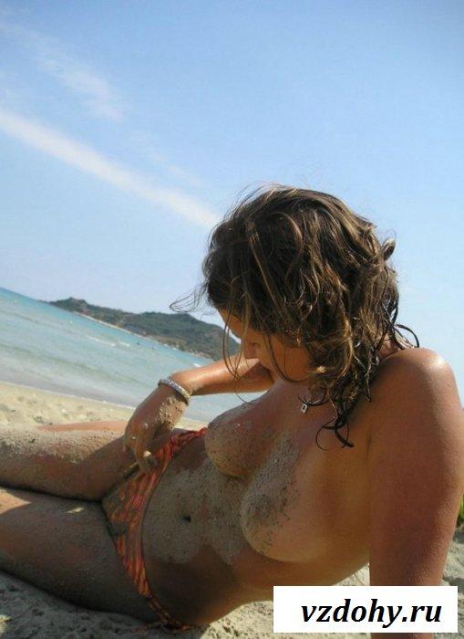 Стеснительная чикса с голым бюстом