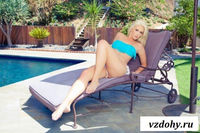 Сексуальная блондинка отдыхает у бассейна