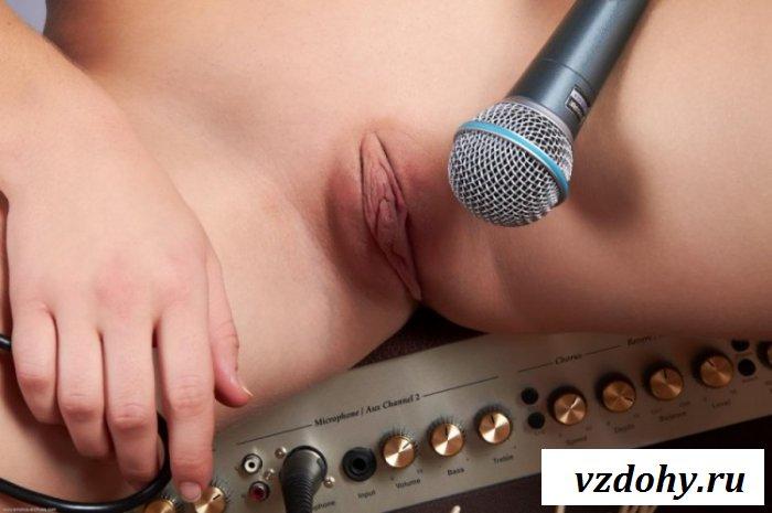 Голая девочка с музыкальными инструментами