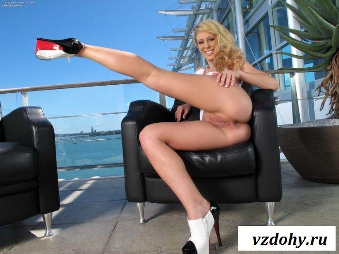 Белокурая красавица с длинными ножками
