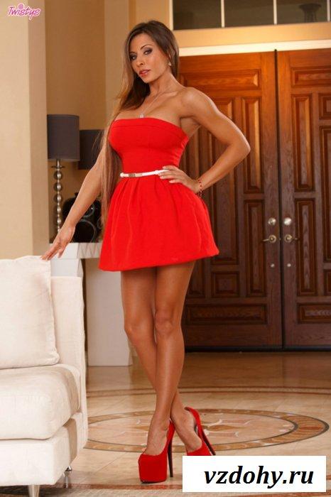 Страстная брюнетка в красном платье