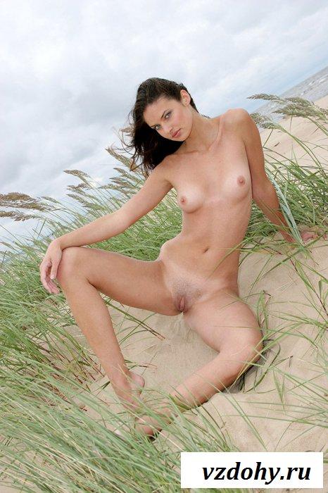 Худенькая шатенка совсем одна на пляже