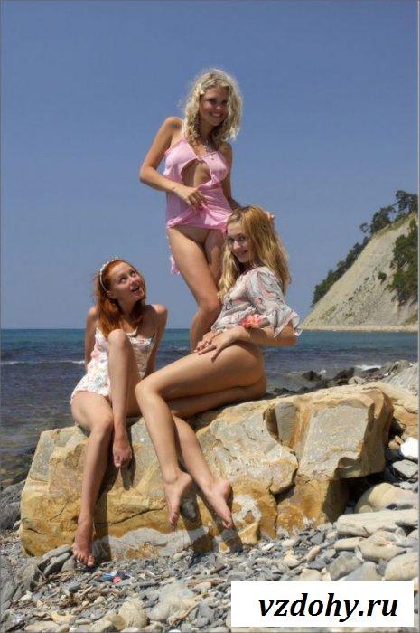 Три девицы на диком пляже