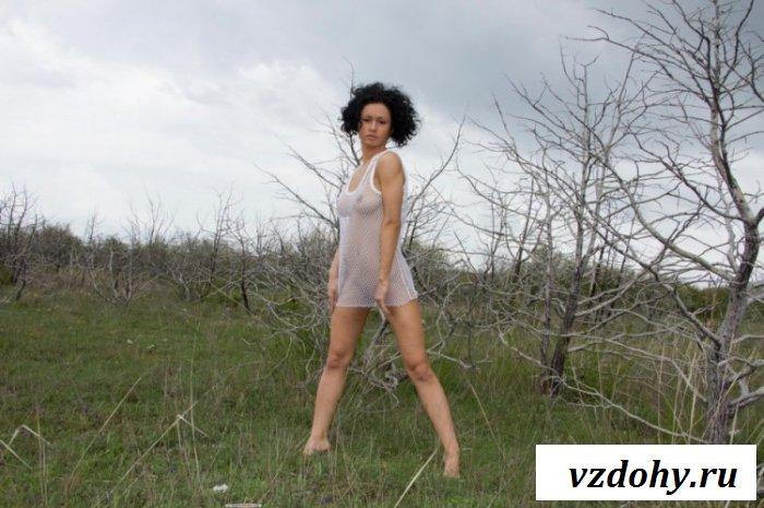 Натуральные титьки под прозрачным платьем